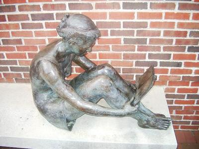 reading statue, statue reading